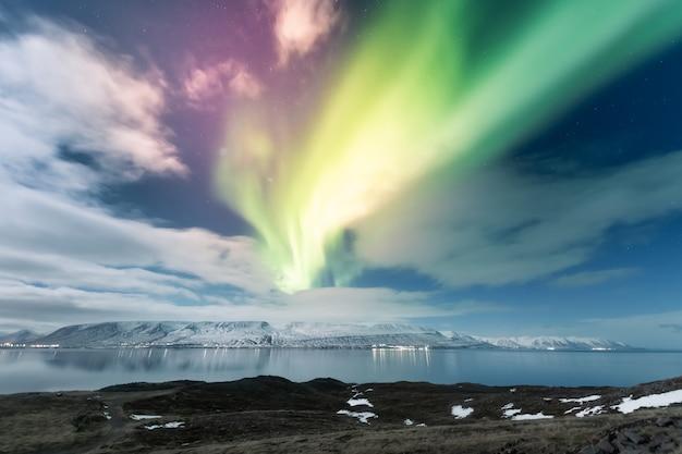 Noordelijke lichtenaurora borealis over akureyri-stad in ijsland