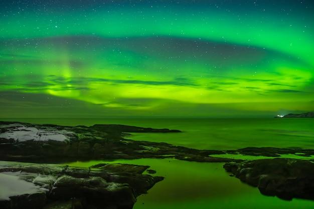 Noorderlicht (aurora borealis) in de lucht boven de barentszzee