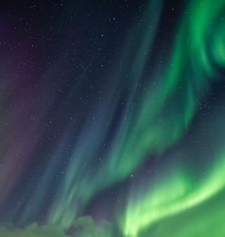 Noorderlicht, aurora borealis met sterrenhemel in de nachtelijke hemel op poolcirkel