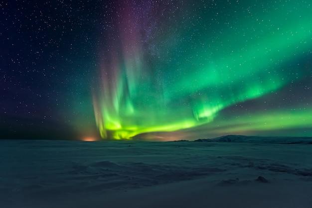 Noorderlicht aurora borealis over bergen