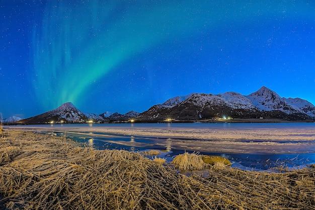 Noorderlicht begint op een bergtop en verspreidt zich over de lucht