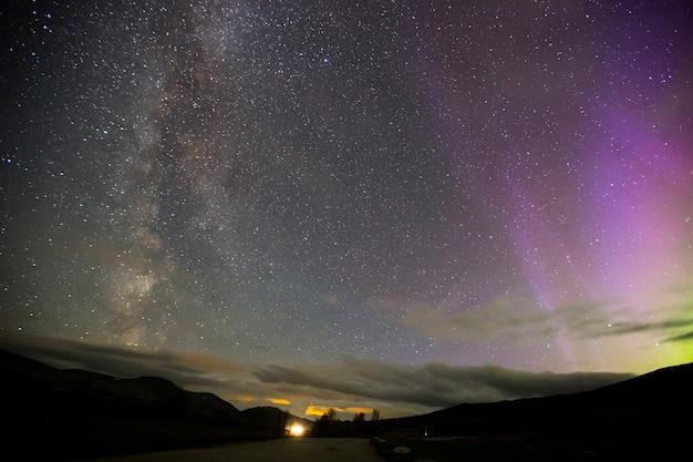 Noorderlicht en melkweg in dovrefjell national park, noorwegen