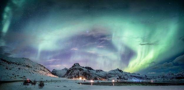 Noorderlicht over berg in de winter
