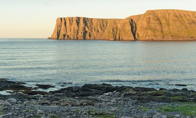 Noordkaap is een kaap aan de noordkust van het eiland mageroya in noord-noorwegen Premium Foto