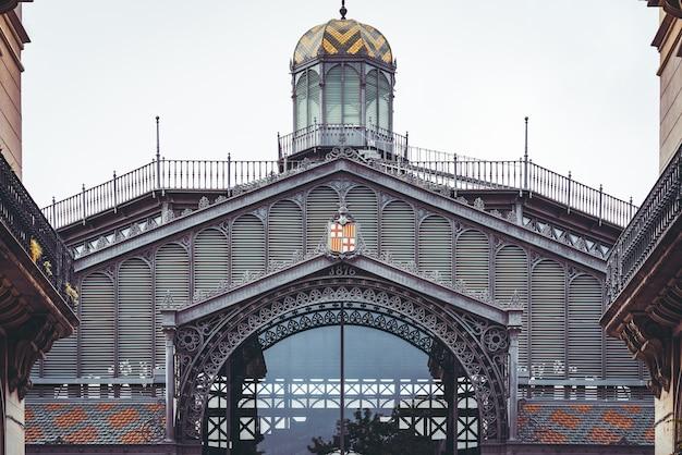 Noordoostelijke gevel van de oude markt van born in barcelona, gebouwd in gietijzeren stijl aan het einde van de 19e eeuw
