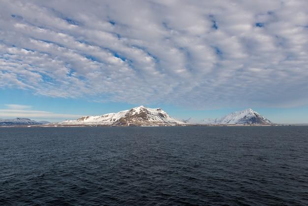 Noordpoollandschap met bergenmening van expeditieschip