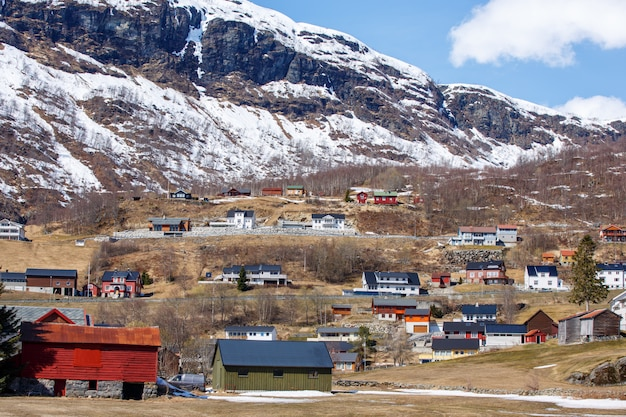 Noords huis in kleine stad met de achtergrond van de ijskapberg