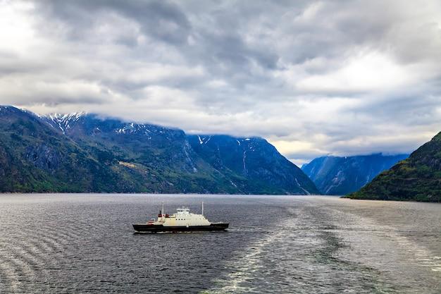 Noors landschap: de noordzee en fjord