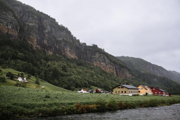 Noors landschap met lokale huizen