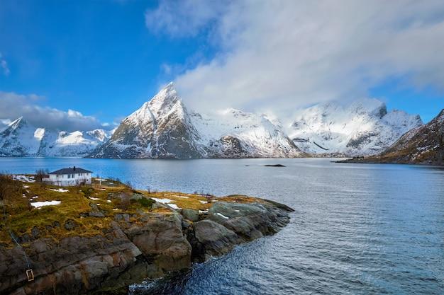 Noorse fjord en bergen in de winter. lofoten eilanden, noorwegen