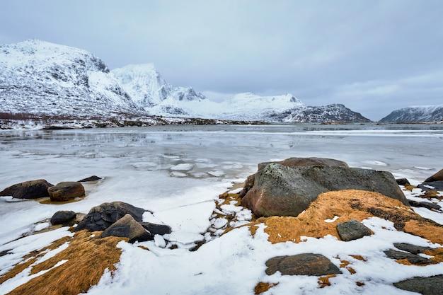 Noorse fjord in de winter