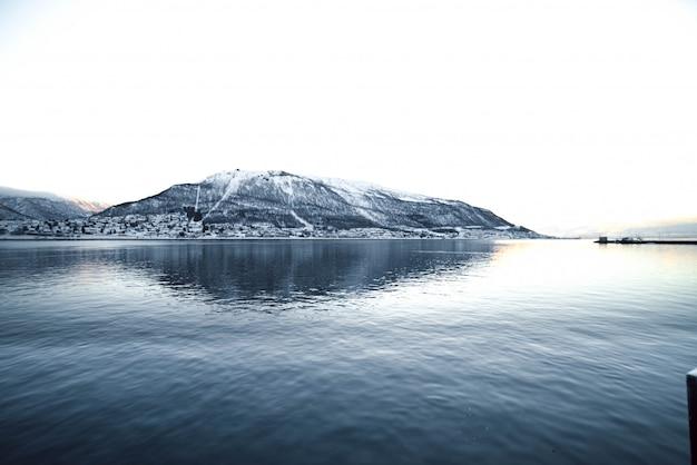 Noorse fjord met de zee vooraan