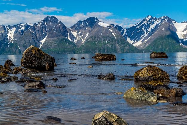 Noorwegen stenen aan de kust van de noorse zee