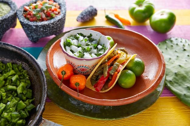 Nopal taco mexicaans eten met chili peper