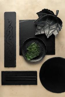 Nori-chips, sesamzaadjes, zwarte leisteenplaten van verschillende vormen