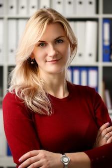 Normaal blond vrouwenportret op kantoor