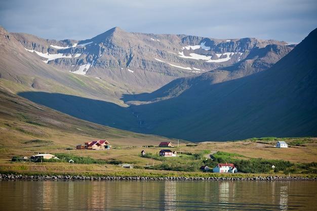 North iceland seacoast landschap met bergen en reflecties in het water