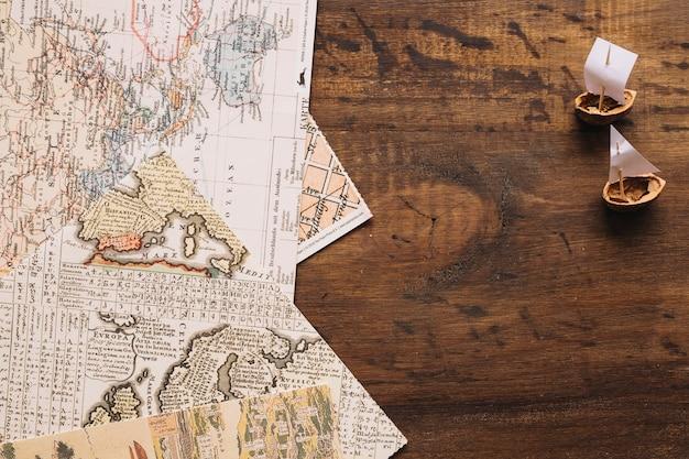 Notaboek boten in de buurt van kaarten