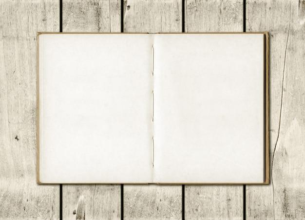 Notaboek op een witte houten achtergrond
