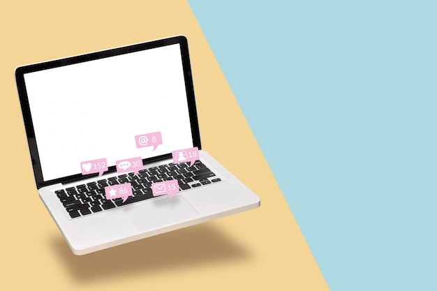 Notebook computer laptop met leeg wit scherm met kennisgeving iconen van sociale media