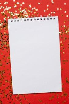 Notebook en gouden sterren confetti, kerstmis en nieuwjaar concept