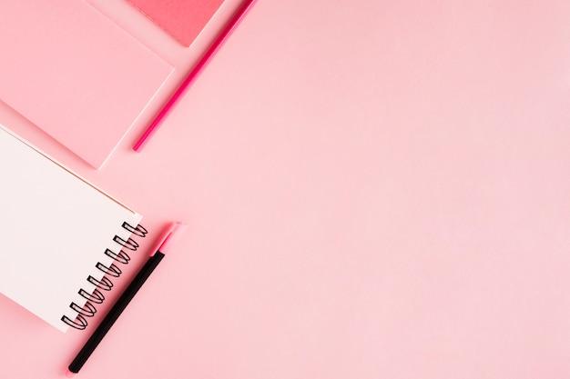Notebook- en kantoortools op gekleurd oppervlak