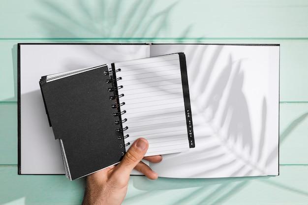 Notebook en kopie ruimte met schaduw van bladeren