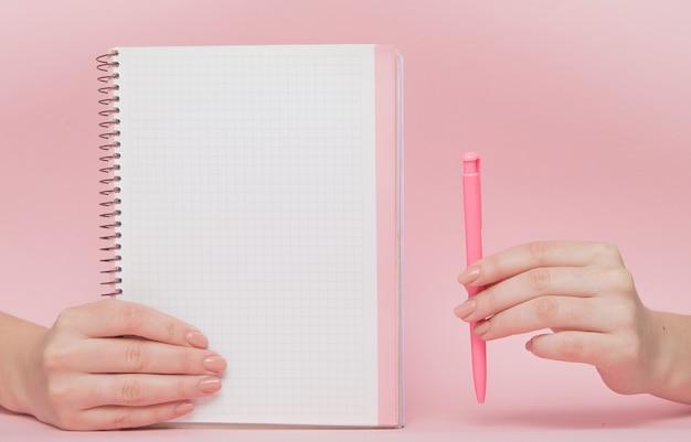 Notebook en pen in de hand met kopie ruimte. bedrijfsconcept en instagram