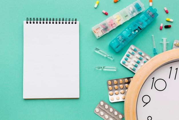 Notebook en tabletten met pillen op bureau