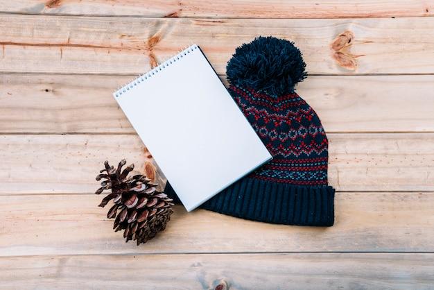 Notebook in de buurt van bobble hoed