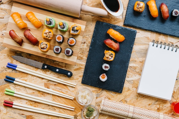 Notebook in de buurt van sushi set
