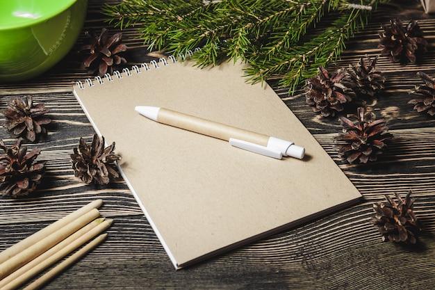 Notebook in het midden van de kerstversiering