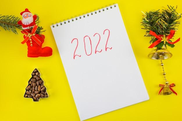 Notebook met 2022 op een oudejaarsavond achtergrond.