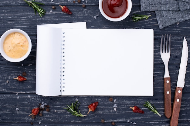 Notebook met bestek ernaast
