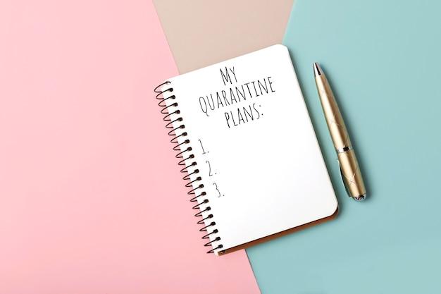 Notebook met de lijst van de quarantaine plannen lijst. pastel achtergrond met roze, grijze en blauwe kleuren.