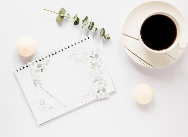 Notebook met koffie naast