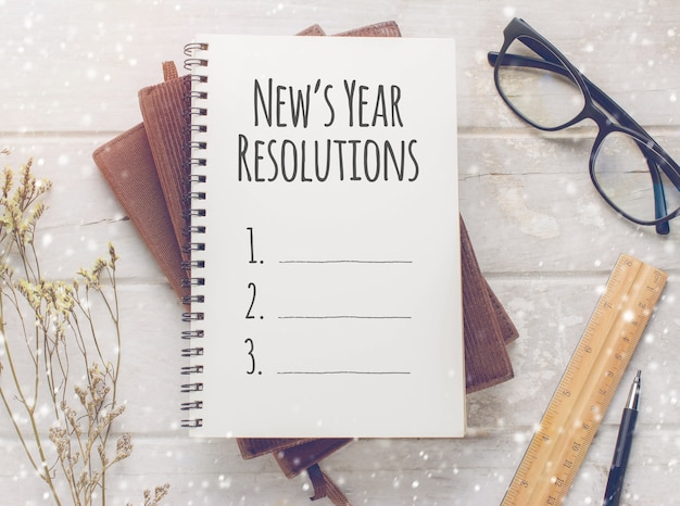 Notebook met new's year resolutions-massage