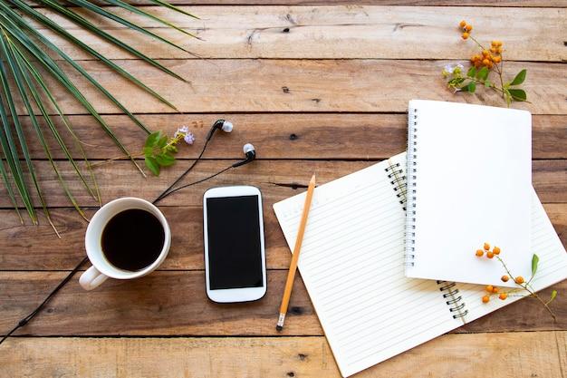 Notebook, mobiel voor zaken op houten