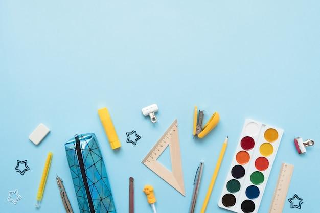 Notebook, notitie, pen, paperclip, op pastel blauwe achtergrond