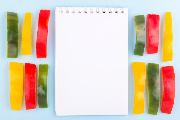Notebook omgeven door paprika
