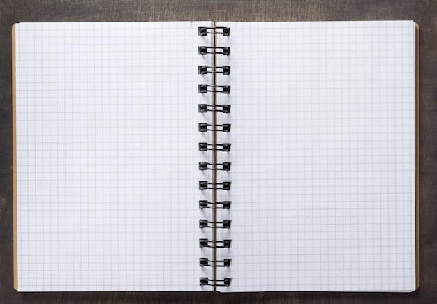 Notebook op houten ondergrond tafel, bovenaanzicht