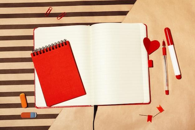 Notebook open pagina op tafel