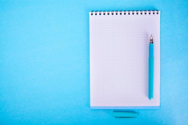 Notebook, pen. bovenaanzicht kopie ruimte