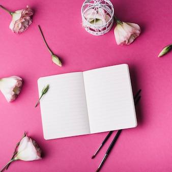 Notebook sjabloon met florale decoratie