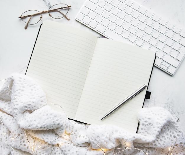 Notebook, toetsenbord, sjaal en guirlande