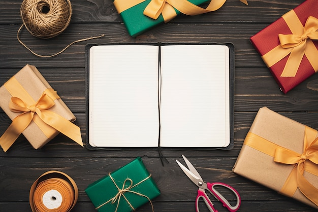 Notebookmodel met cadeautjes en lint voor kerstmis
