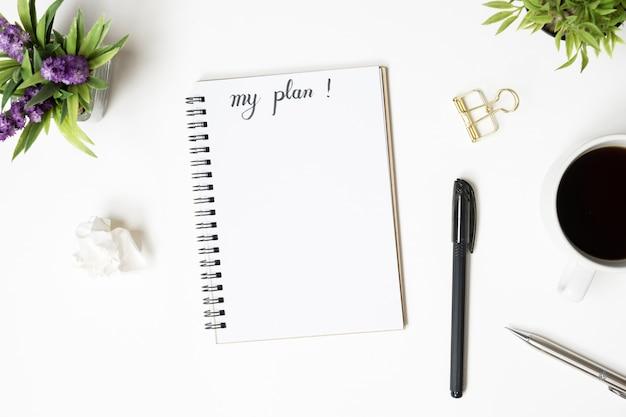 Notebookpagina met mijn planconcept. bovenaanzicht, plat leggen.