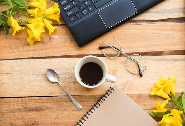 Notebookplanner, computer voor zakelijk werk met hete koffie