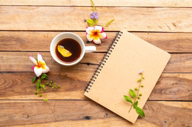 Notebookplanner voor zakelijk werk met hete koffie-citroen