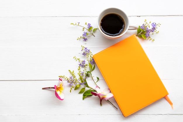 Notebookplanner voor zakelijk werk met hete koffie